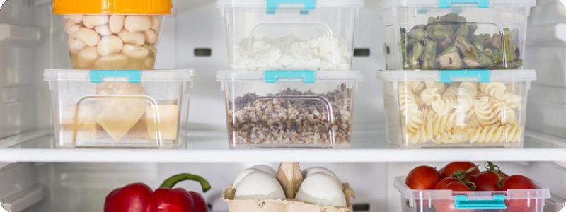 Des aliments rangés dans des contenants hermétiques pour être stockés au frigo.