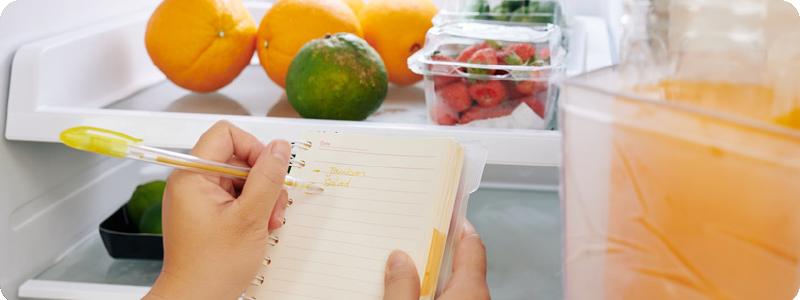 Bien ranger et trier son réfrigérateur pour ne pas gaspiller les aliments et économiser de l'énergie.